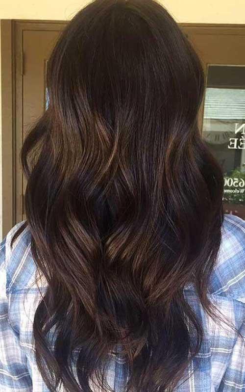 imagem de cabelo chocolate escuro com babylights