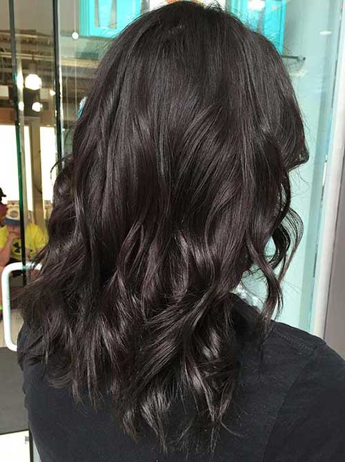 imagem de cabelo marrom escuro com mechas levemente mais claras