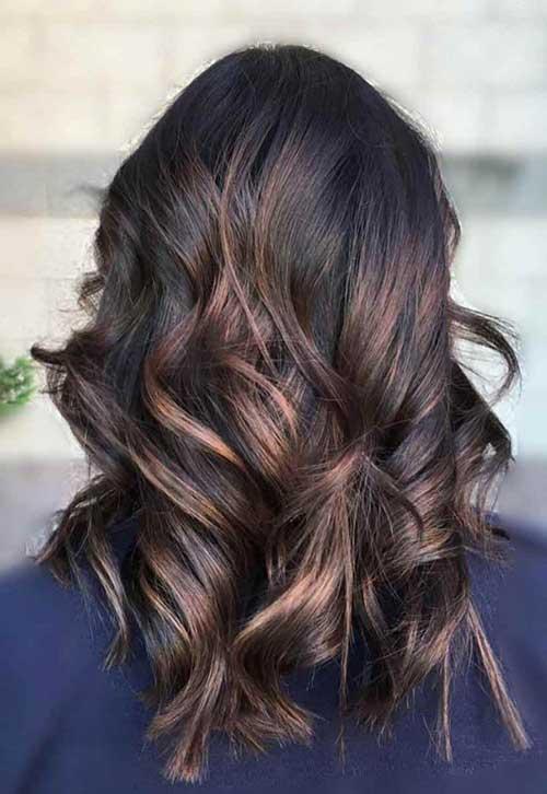 foto de cabelo quase preto com mechas acobreadas