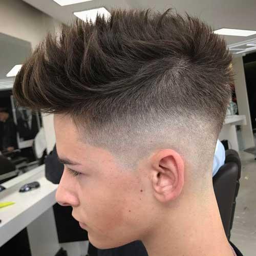 penteado tipo faux hawk com lados raspados