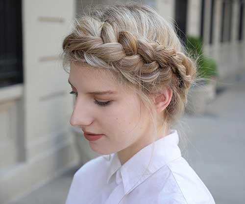foto de penteado de princesa na forma de tiara