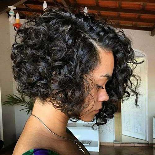 foto de cabelo cacheado curto com corte chanel assimetrico