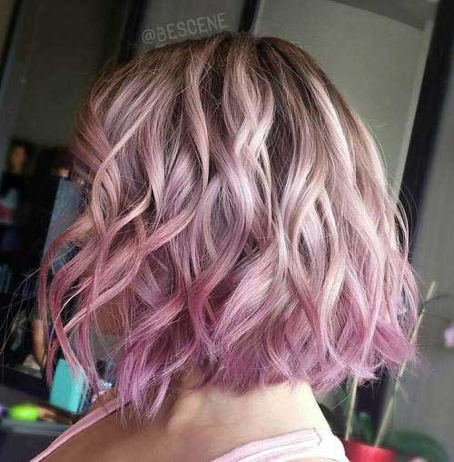 foto de ombre ondulado rosa pastel em cabelos curtos