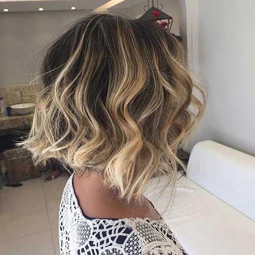 foto de cabelo curto ondulado com luzes loiras