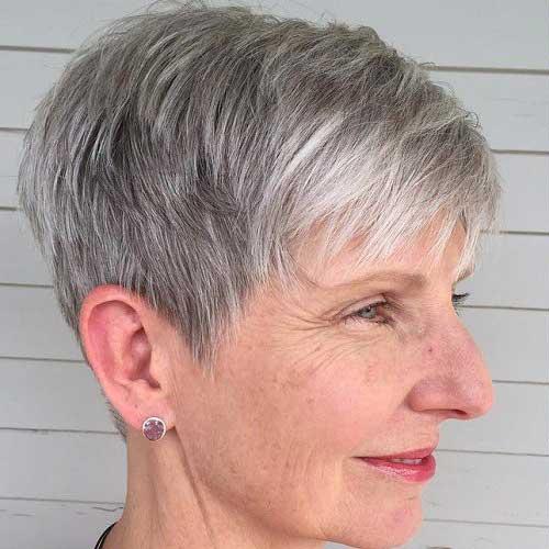 imagem de cabelo grisalho em senhora de pele clara