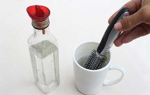 como usar alcool pra limpar a escova