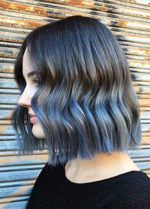 cabelo ondulado com mechas denim