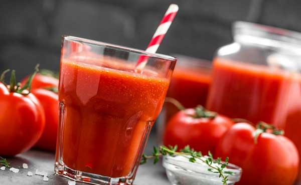 Divina mistura de pepino, cenouras e suco de tomate