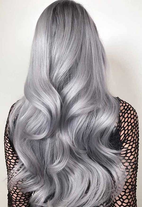 tom meio azulado no cabelo longo
