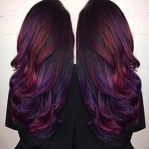 cabelos longos e lisos com mechas borgonha e violeta