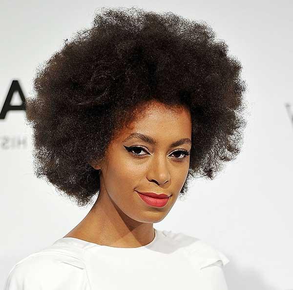 cabelos afro volumosos ficam muito bem também