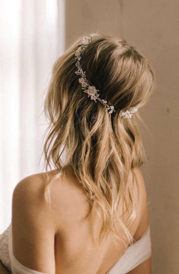 mais uma forma de embelezar seu cabelo na hora de celebrar o contrato de casamento é usando uma tiara