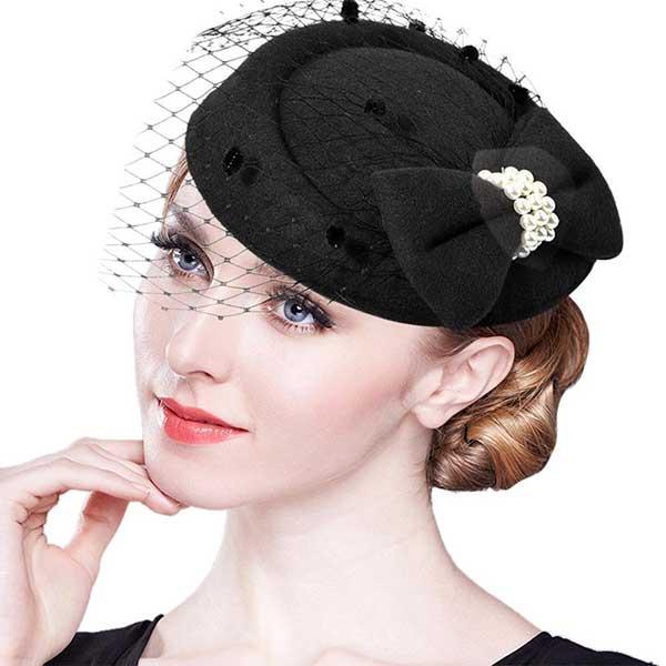 o chapéu podia complementar o penteado da época