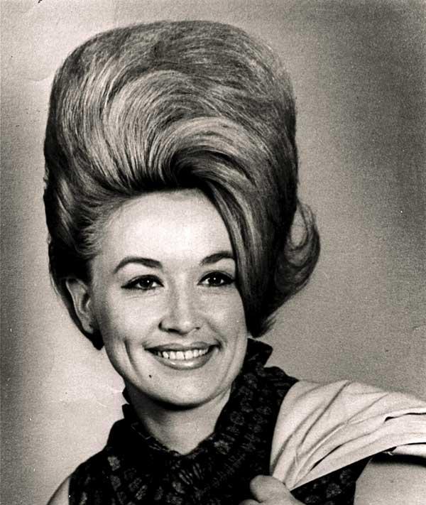dolly Parton com o cabelo beehive, feito por Margaret Vinci Heldt