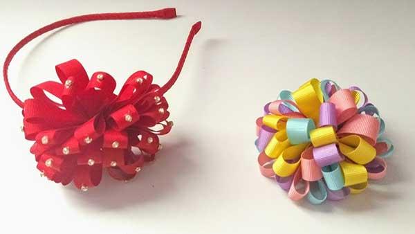 tiara colorida com um pompom de fitas