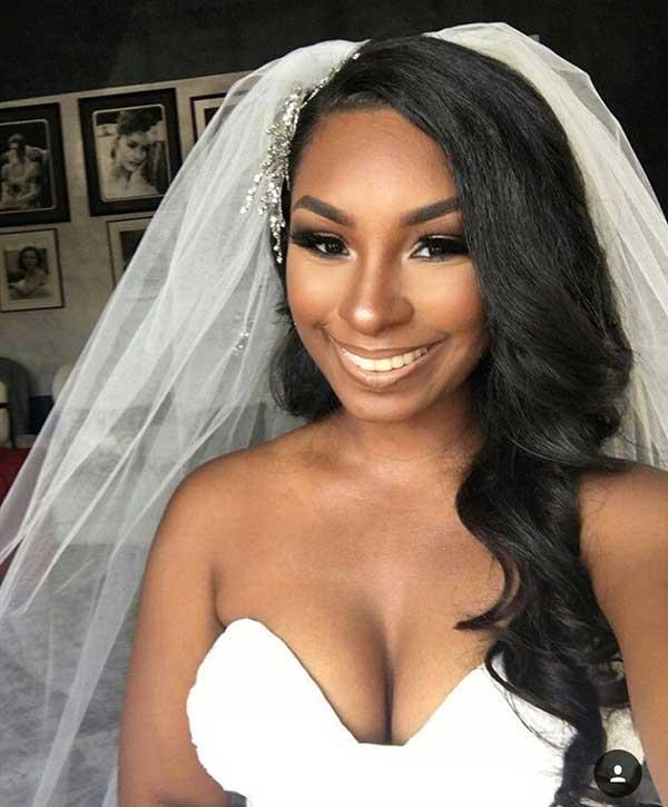 Noiva negra de cabelo liso longo e véu