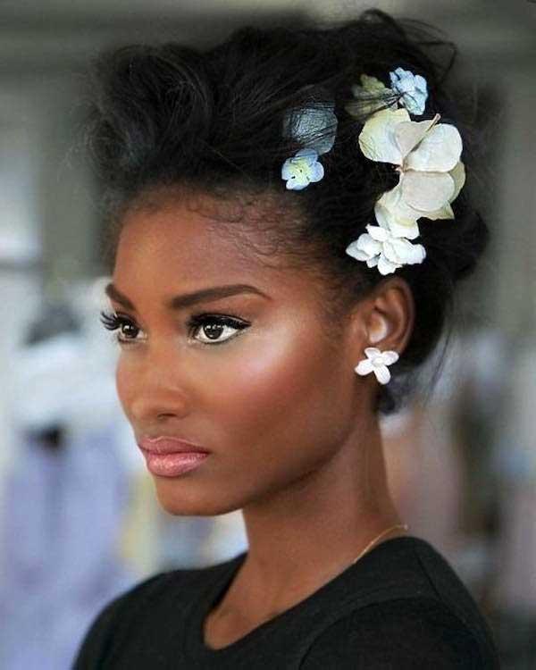 Penteado curtinho bagunçado com flores na lateral